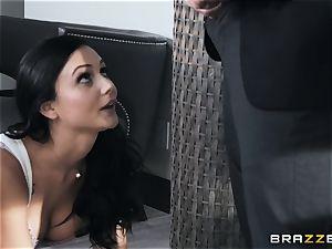 teasing beauty Ariana Marie