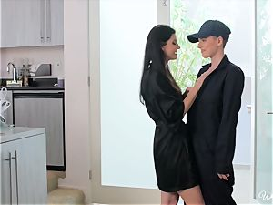 India Summers entices delivery female Riley Nixon